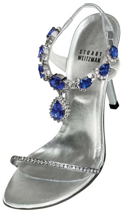 Sandal cao gót màu bạc của Stuart Weitzman được trang trí với 28 carat kim cương ở phần quai phía trên, còn phần quai dưới quanh cổ chân được gắn 185 carat đá Tanzanite quý hiếm từ châu Phi. Đôi giầy này có giá 2 triệu USD (tương đương 41 tỷ đồng).
