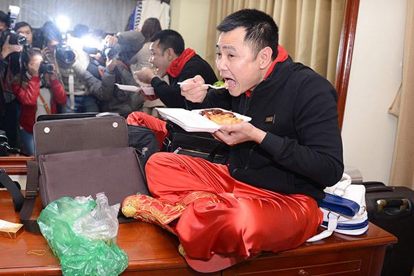 Nghệ sĩ Tự Long tranh thủ ăn cơm trước giờ ghi hình.