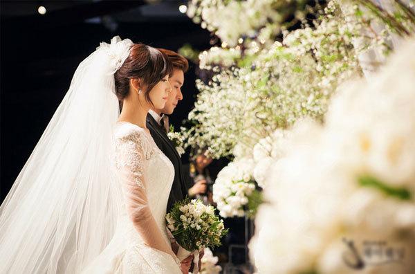 Đám cưới của Sun Ye diễn ra hôm cuối tuần vừa rồi và có sự góp mặt của nhiều nghệ sĩ tên tuổi làng giải trí Hàn. Mặc dù kết hôn khi còn khá trẻ (24 tuổi) nhưng thành viên Wonder Girls thổ lộ,