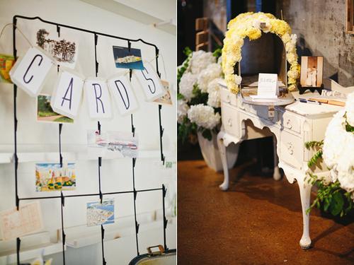 Cạnh bàn đón tiếp là nơi để những tấm card để khách mời ghi lời chúc cho cô dâu chú rể.