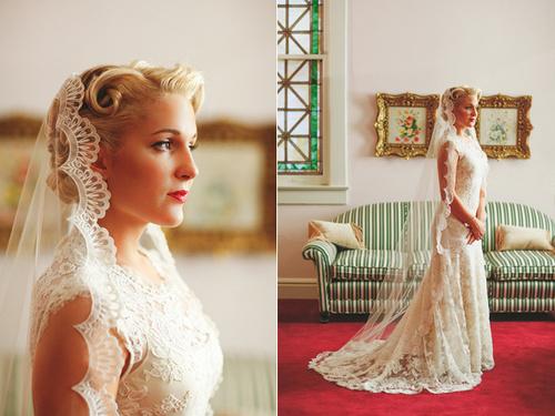 Cô dâu diện váy ren tuyệt đẹp kết hợp cùng khăn voan toát lên vẻ đẹp sang trọng, quý phái.