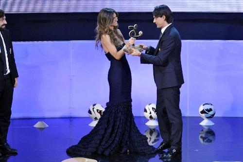 Alessia Ventura cũng chính là người trao giải cho Inzaghi.