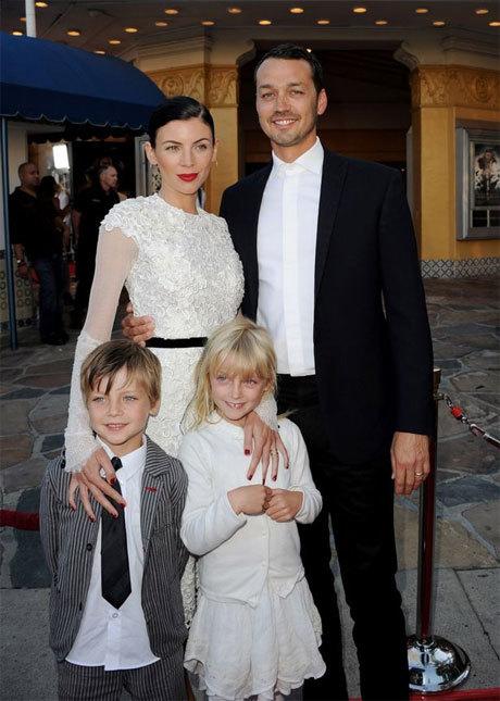 Rupert Sanders từng có một gia đình hạnh phúc bên cô vợ người mẫu và hai đứa con xinh xắn.