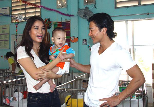 Ông xã nữ diễn viên cũng đồng hành cùng vợ trong lần từ thiện này.