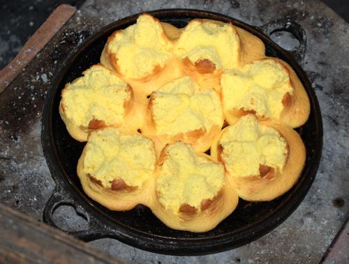 Bánh chín nở bung ra như những cánh hoa, có màu vàng ươm rất đẹp mắt.