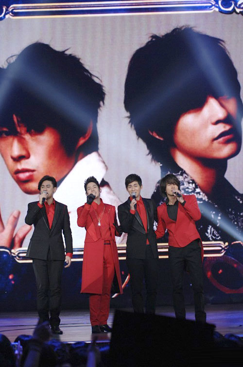4 nghệ sĩ biểu diễn trên sân khấu.