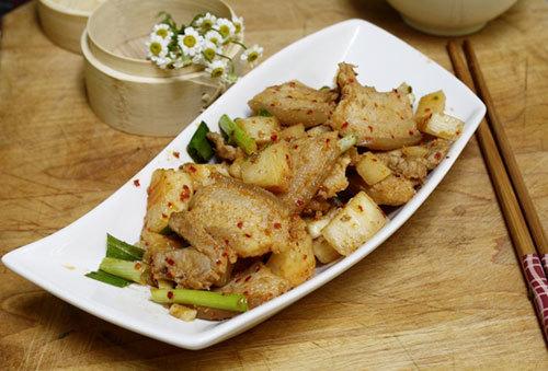 Vị giòn của củ cải quyện với vị béo ngậy của thịt ba chỉ với thời gian kho không quá lâu, là bạn đã có nồi thịt ngon làm món mặn ăn kèm với cơm.