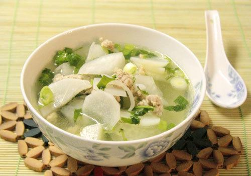 Từ những nguyên liệu đơn giản, chế biến lại nhanh, món canh với vị ngọt thanh của củ cải trắng và thịt nạc xay được yêu thích vào những ngày bận rộn.
