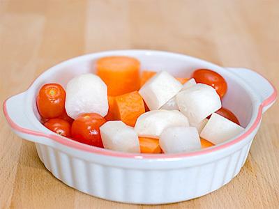 Sinh tố bao giờ cũng là loại nước uống dễ làm nhất bởi bạn chỉ cần bỏ hết nguyên liệu vào máy xay là đã có cốc nước giải khát ngon lành. Những ngày nắng nóng thế này, một cốc sinh tố từ cà rốt, cà chua và củ cải không chỉ giúp bạn giải nhiệt mà còn rất bổ dưỡng.
