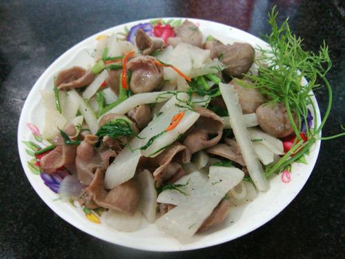 Bao tử cá basa xào với củ cải trắng là món ăn vừa ngon vừa bổ, lại dễ làm.