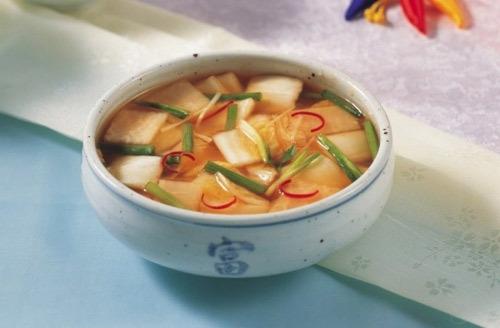 Nabak kim chi được làm từ củ cải ướp và ngâm trong nước muối cùng với cải thảo trong nước kim chi có màu đỏ của ớt bột.