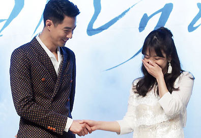 Song Hye Kyo thẹn thùng nắm tay Jo In Sung