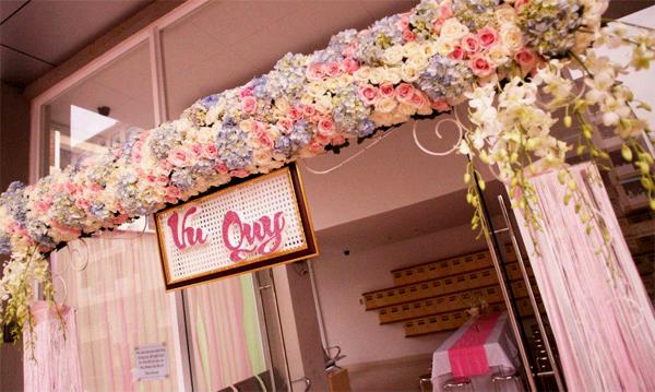 Chiếc cổng kết hoa tươi sẽ làm ngôi nhà của cô dâu chú rể thêm lộng lẫy hơn trong ngày cưới.