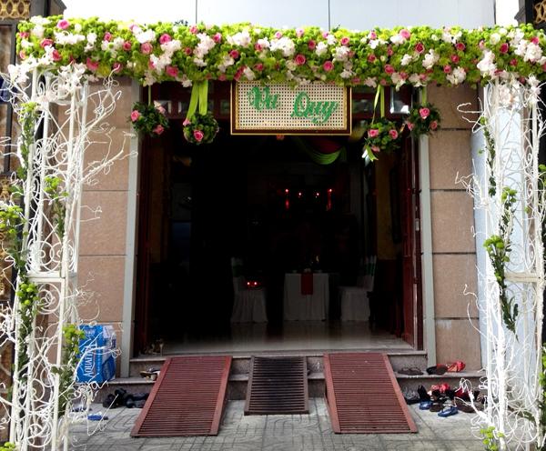 Không chỉ sử dụng nhiều ở sảnh tiệc mà cổng hoa cũng là chi tiết làm đẹp ở nhà được nhiều người ưa chuộng.