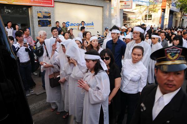 Rất đông người thân, bạn bè... tới dự tang lễ.