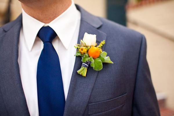 Chú rể lại đồng điệu với cravat xanh và hoa cài áo cam pha trắng.