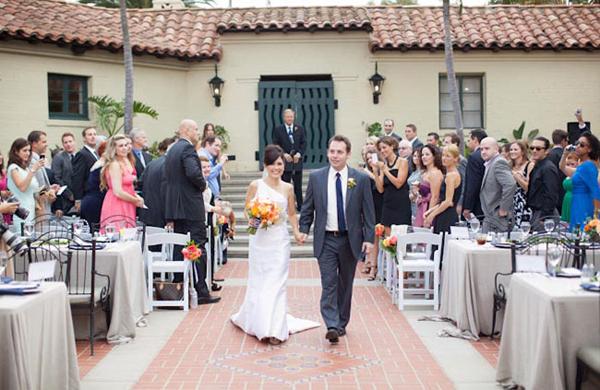 Cô dâu chú rể làm lễ tại một khoảnh vườn nhỏ của biệt thự. Phong cách đám cưới là điểm nét vintage của khung cảnh, xen lẫn sắc màu rực rỡ, tươi tắn của hoa cưới.