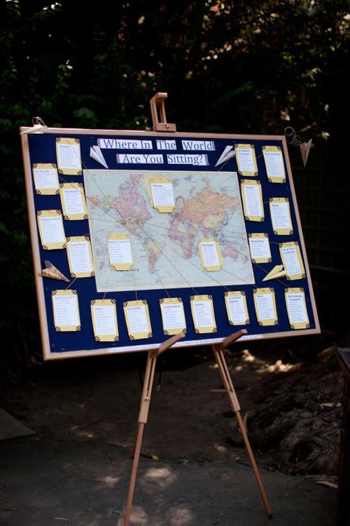 Cách phổ biến nhất là chọn một tấm bản đồ in ra để làm nền cho các loại bảng trong đám cưới, như bảng sắp xếp vị trí khách mời.