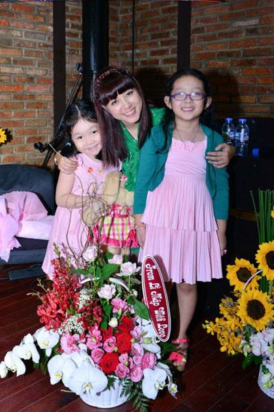 Con gái Ngọc Linh (phải) năm nay 6 tuổi và ảnh hưởng rất lớn từ mẹ.