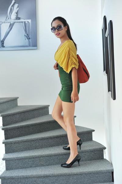 Ái Phương xuất hiện tại tiệm làm tóc của nhiếp ảnh Quốc Huy với trang phục
