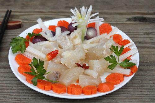 Tết đến, bạn hãy trổ tài đãi bạn bè món gân bò giòn có vị chua nhẹ, được dùng kèm với ngó sen, cà rốt, hành khô ăn chống ngán, rất hấp dẫn trong những ngày có quá nhiều đồ mặn.