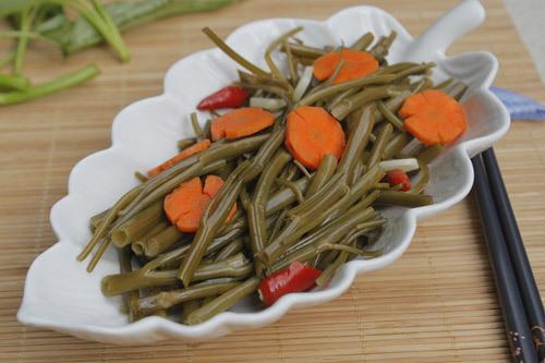 Rau muống giòn, hơi chua chua và cùng vị cay của ớt, thơm của tỏi, dùng kèm với thịt luộc hoặc ăn kèm với cơm tấm.