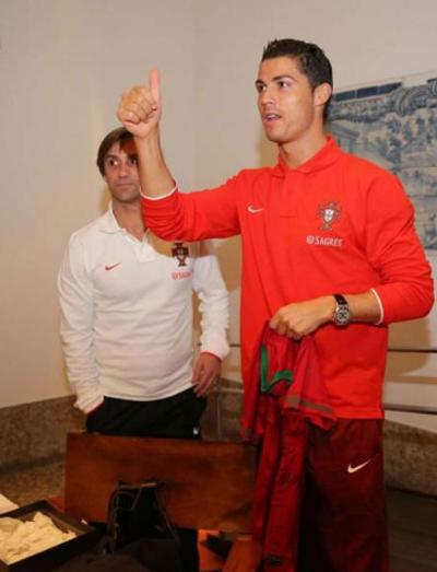 Tuyển thủ Bồ Đào Nha còn nhận được món quà ý nghĩa là chiếc áo đấu có các chữ ký của đồng đội như lời chúc mừng tốt đẹp nhất gửi tới anh.