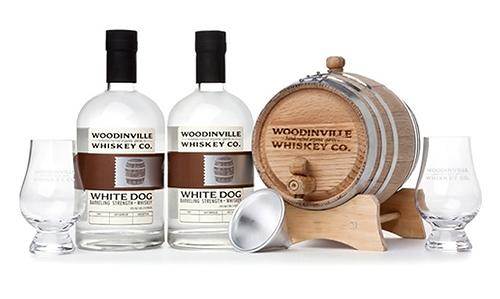 Tặng chú rể tủ rượu whisky mà chàng yêu thích.