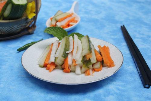 Rau củ quả giòn, hơi chua chua và có vị ngọt nhẹ, có thể ăn kèm với thịt luộc hoặc kho đều ngon.
