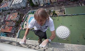 'Người nhện' tay không leo tòa nhà 27 tầng