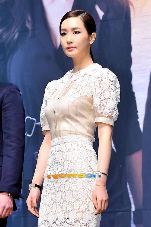 Lee Da Hae giữ khuôn mặt khá lạnh lùng trong buổi họp báo ra mắt phim.