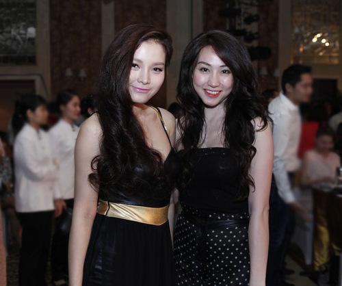 Diễn viên Phương Trinh chụp ảnh thân mật cùng Ngân Khánh, xóa tan mọi tin đồn họ có 'vấn đề' kể từ sau khi rời nhóm Amigo.