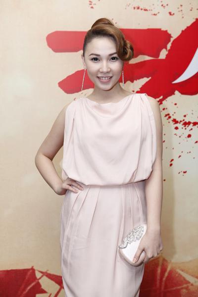 Diễn viên Quỳnh Thư chọn trang phục nền nã, xinh tươi.