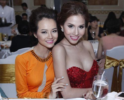 Người mẫu Kiều Ngân (trái) thân thiết bên người mẫu Khánh Phương.