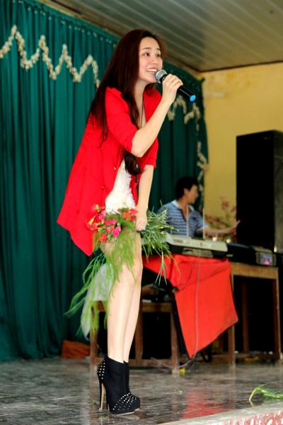 Vy Oanh mặc trang phục gợi cảm, khoe đôi chân thon dài và làn da trắng mịn như tuyết.