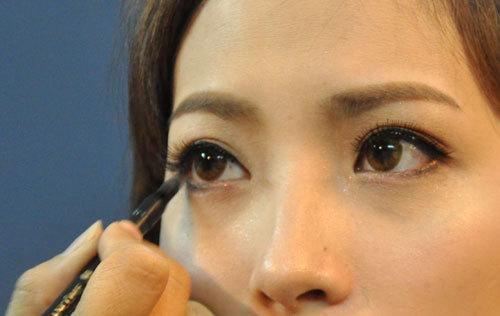 Mắt cô dâu khá to nhưng không tròn, khi kẻ mí phải tập trung vào đường kẻ cung tròn, không kẻ đuôi mắt quá dài và cao khiến mắt bị xếch.