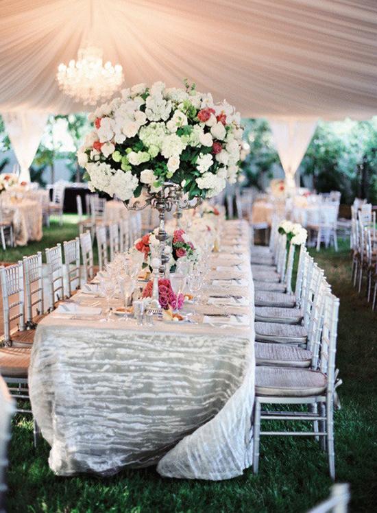 Thiết kế hoa tuyệt đẹp cho bàn tiệc dài