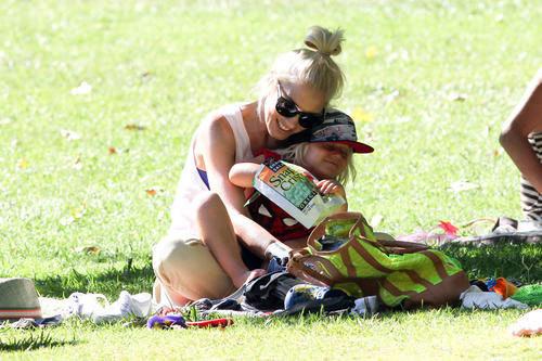 Nữ ca sĩ nhạc rock Gwen Stefani âu yếm con trai nhỏ.