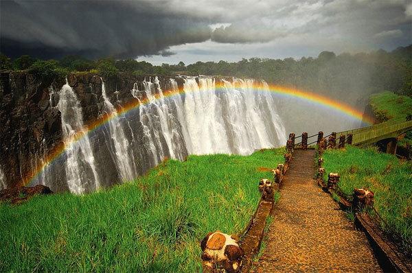 Thác Victoria là một trong những địa điểm hút khách du lịch nhất ở đất nước châu Phi này.