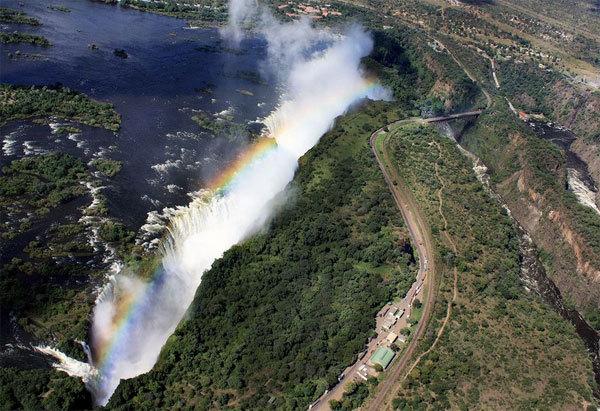 Nhìn từ trên cao, Victoria như một thác nước bảy sắc màu.