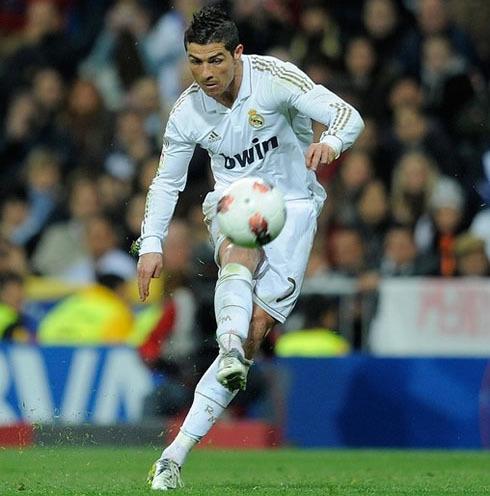 C. Ronaldo đôi khi có những cú sút phạt rất thiếu chính xác.