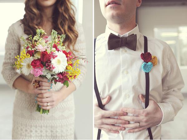 Hoa của cô dâu cũng có màu đỏ, ngoài ra, hoa cài áo của chú rể lại cách điệu với hình trái tim bằng len độc đáo.