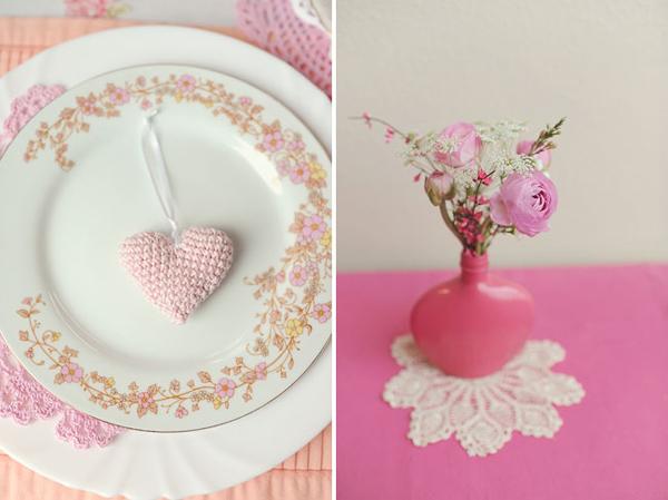 Hoa trên bàn tiệc rất đơn giản nhưng xinh xắn.