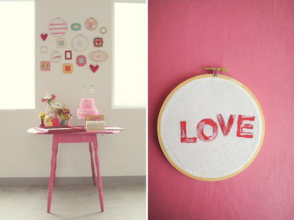 Khu vực đặt bánh cưới nhỏ nhắn, rực màu hồng lãng mạn.