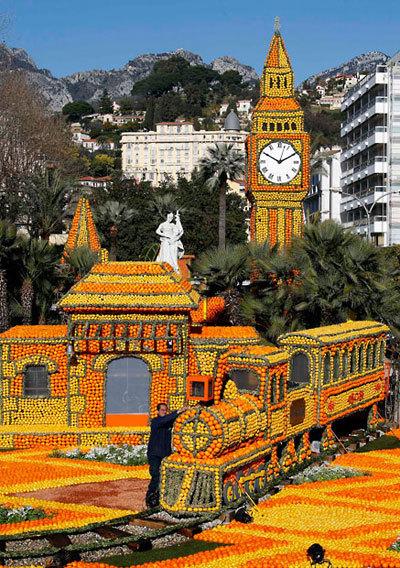 Khắp lễ hội tràn ngập sắc vàng và cam rực rỡ đẹp mắt với những biểu tượng nổi tiếng thế giới.
