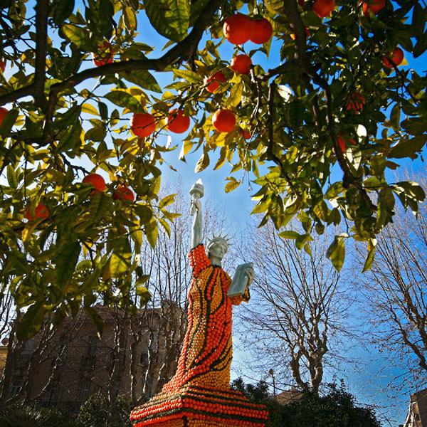 Tượng nữ thần tự do được dựng giống nguyên mẫu, chỉ khác là phần thân được làm bằng những trái cam tươi ngon.