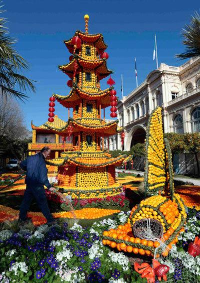 Tháp của người Trung Hoa với đèn lồng đỏ cũng chiếm một góc trang trọng trong khuôn viên lễ hội.