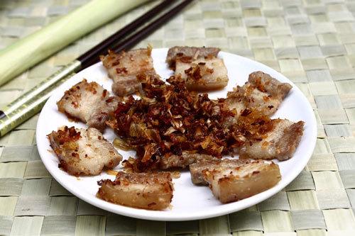 Thêm một món mặn ăn với cơm rất ngon, cách làm lại không quá khó. Khi rán miếng thịt mềm, bì lợn ăn hơi giòn, ăn lẫn cả sả.
