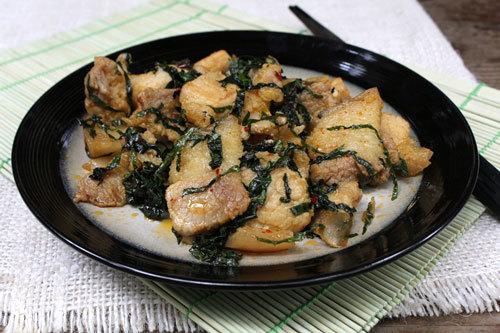 Từng lát thịt ba chỉ thấm gia vị, mềm, phần bì ăn hơi dai, được xào cùng với lá lốt để dậy mùi. Món ăn còn thoang thoảng mùi thơm của lá tía tô.
