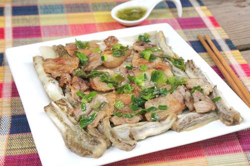 Cà chín mềm, thơm lừng, bên trên là những lát thịt ba chỉ và hành lá trộn dầu ăn, dùng kèm với nước mắm pha chua ngọt, dùng làm món mặn ăn cơm rất ngon.